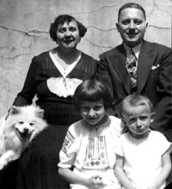 Батьки Ярослав Гузар та Ростислава Демчук, 1935 рік. Любомир – крайній справа