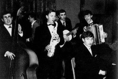 Ансамбль «Буковинка» Кіцманьської музичної школи. За роялем — керівник ансамблю Володимир Івасюк. Кіцмань, 1964 рік.