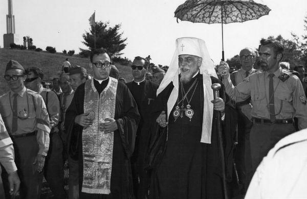 Майбутній верховний архієпископ УГКЦ Любомир Гузар (ліворуч) супроводжує Йосипа Сліпого